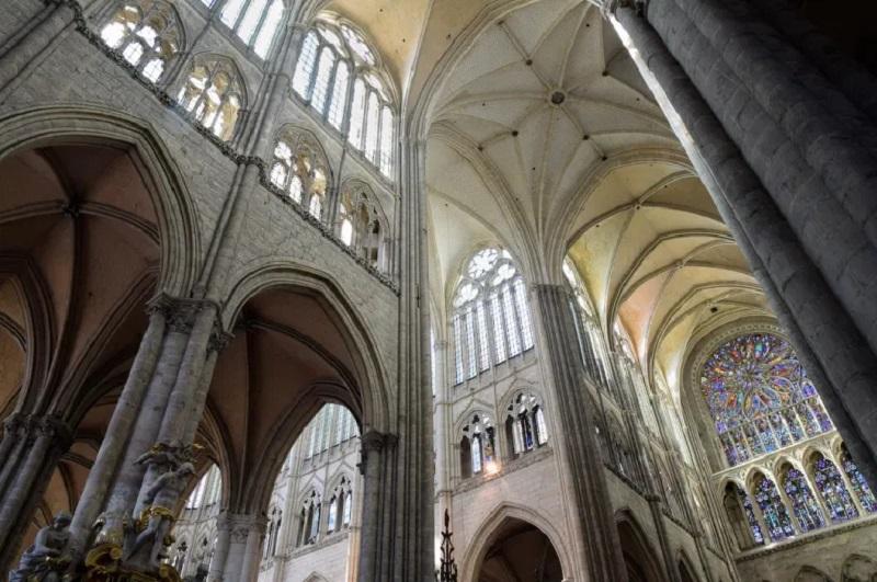 la hauteur impressionnante de la cathédrale d'Amiens